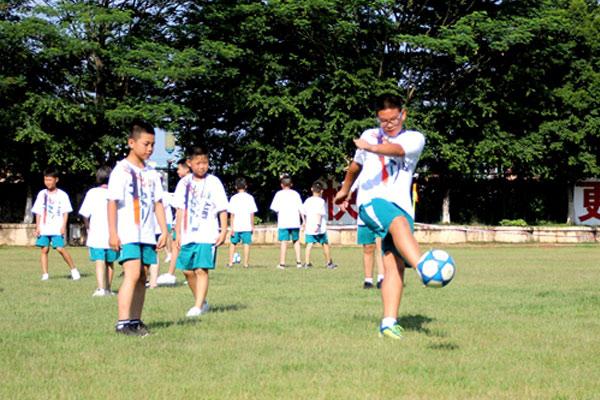 深圳青少年足球夏令营,给孩子四大特色体验
